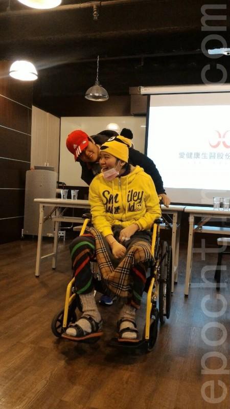 林佩璇(前坐輪椅)與楊斯涵(後推椅者),接受靜脈氦氖雷射治療,病況已漸漸好轉。 (李月愛/大紀元)
