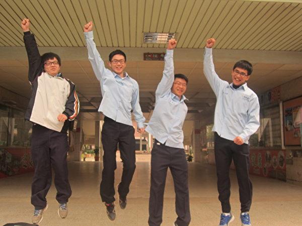 105年度大学学测,嘉义高中成绩满级分人数达4人,分别为科学班林柏翰(左2)、翁硕临(右2)、张凯杰(右),语文资优班叶鸿鑫(左)。(嘉义高中提供)