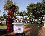 2016年2月18日,东非国家乌干达总统与国会大选今天开始投票,各界普遍预期现任总统穆塞维尼(Yoweri Museveni)掌权的时间将迈入第4个10年。(ISAAC KASAMANI/AFP/Getty Images)