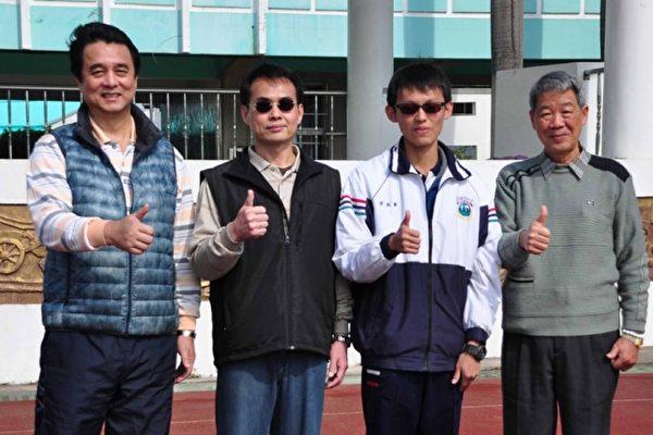 105学年度大学学测18日寄发成绩单,台南私立学校港明高中黄敏睿(右2)拿到满级分,希望朝医科迈进。(港明高中提供)