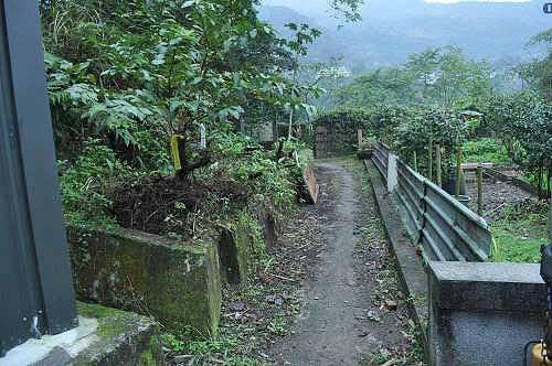 民宅旁小路进入,即抵达啦卡登山步道登山口。  (图片提供:tony)