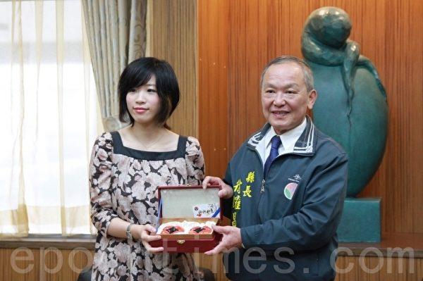 县长徐耀昌颁赠奖牌,表扬谢依旻对于国内围棋界发展的贡献。(许享富 /大纪元)