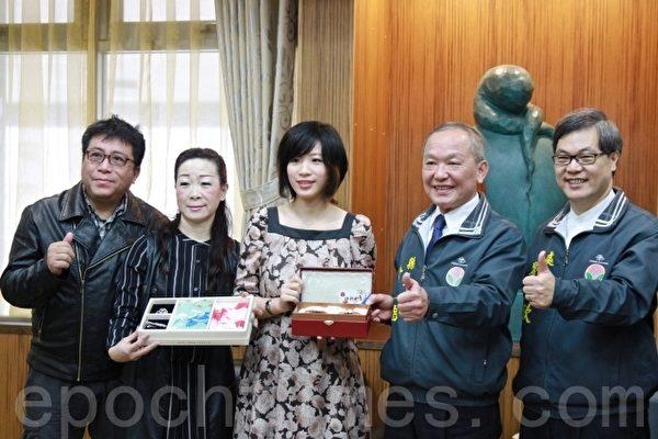 谢依旻(中)与父母和县长徐耀昌(右2)、教育处长刘火钦(右1)合影。(许享富 /大纪元)