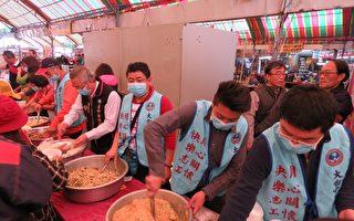 台中国民党市党部19日邀约基层青年干部,在元宵节前夕,为上百街友们打菜。(国民党台中市党部提供)