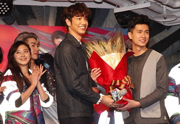 劉以豪(左)出席「釵CHAI PARTY」記者會,送上大麥給石知田(右)象徵大賣。(夢田文創提供)