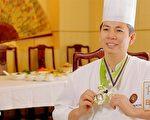 罗子昭,少年辍学,28岁成为北京五星级饭店厨师长。人生得意时,却陷两年牢狱之灾,如今又在纽约坐镇世界级厨技大赛。他大起大落的人生又有着怎样的故事呢?(新唐人)