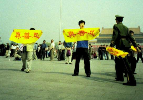 2000年,众多法轮功学员走上天安门广场,和平请愿,抗议迫害。(大纪元)