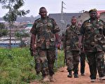 """2016年2月19日,肯亚首都奈洛比(Nairobi)野生动物管理员表示,他们正在猎捕从奈洛比国家公园逃脱的2只狮子,狮子已经进入""""人口密集""""区。图为携带有镇静剂枪支的肯尼亚野生动物保护局人员。(SIMON MAINA/AFP/Getty Images)"""