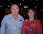 Alec Simmons先生與朋友Julie Forrester女士2016年2月20日晚在墨爾本藝術中心觀看了神韻演出後表示大飽眼福,二胡獨奏扣動了他們的心弦。(史迪/大紀元)