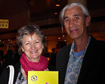 KimLai先生偕作家Jane Bennett女士看過神韻世界藝術團在墨爾本的演出後,表示「這是你在其他任何地方都看不到的演出!」(紀芸/大紀元)