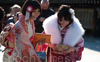 在明治神宫参加成人节的日本女孩。(游沛然/大纪元)