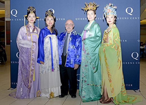 2月20日,在紐約皇后區高級購物中心,由大紀元時報和購物中心共同舉辦的慶祝中國新年活動開幕了。(Andy/大紀元)