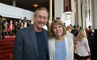 土木工程師Tom Smith和太太Mary一起在2016年2月20日來到華盛頓的肯尼迪藝術中心歌劇院(Kennedy Center Opera House)觀看神韻演出。(蕭恩/大紀元)