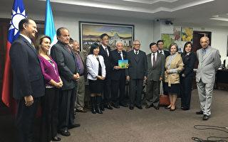 台灣協助瓜地馬拉和平及民主基金會推動「憲法與我第4階段計畫」,當地時間17日舉行捐贈儀式。(駐瓜地馬拉大使館提供)