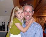2016年2月21日下午,公司經理Matthew Lague帶著女兒在墨爾本藝術中心觀看了神韻演出。(史迪/大紀元)