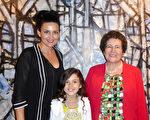 2016年2月21日下午,室內概念設計師Dina Gizi與母親和女兒在墨爾本藝術中心觀看了神韻演出。(史迪/大紀元)