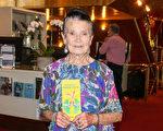 90高齡不服老的Nancy Rowbotham女士觀賞了2月21日下午在墨爾本藝術中心的第二場神韻演出。(Lucy/大紀元)