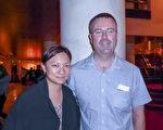 2016年2月21日晚,Damon Tink與華裔太太Tao在墨爾本藝術中心觀看了神韻演出。(史迪/大紀元)