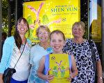 Wendy Harrison女士(左一),Harrison女士的婆婆(右一),Harrison女士的母親及女兒。(紀芸/大紀元)