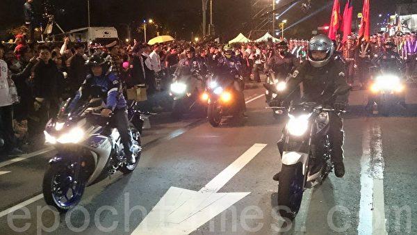 20日晚,高雄灯会万人提灯大游行。图为游行前导车以重型机车打头阵。(方金媛/大纪元)