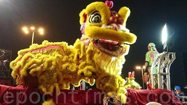 20日晚,高雄灯会万人提灯大游行。图为高雄市广济宫的醒狮团展现活泼多元的传统文化。(方金媛/大纪元)