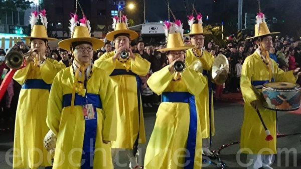 20日晚,高雄灯会万人提灯大游行。图为高雄市姐妹市韩国釜山市代表带来传统的表演。(方金媛/大纪元)