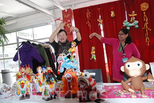 为庆祝猴年新春,主办方预备了1,000只可爱调皮、手脚活动的小猴子。(伊铃/大纪元)