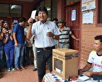根据易普索(Ipsos)的出口民调,玻利维亚21日公投显示,左派总统莫拉莱斯(Evo Morales)寻求第四任期的梦想已经破碎。图为莫拉莱斯于公投中投票。(AFP)