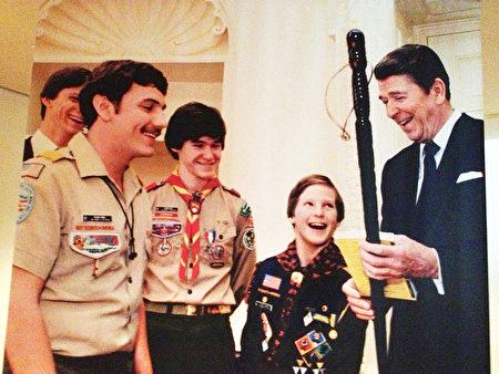里根總統和學生們在一起。(Juliet Zhu/大紀元,圖片來源:Ronald Reagan Presidential Library)