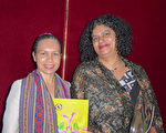 Elizabeth Gomes女士(左)和妹妹Gamolin Gomes(右)觀看神韻演出。(紀芸/大紀元)