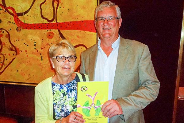 2016年2月22日晚,美國神韻世界藝術團在澳大利亞墨爾本的藝術中心(the Arts Centre)成功進行了第四場演出,Lawrence Clarke和太太Diane Clarke對演出讚不絕口。(陳明/大紀元)