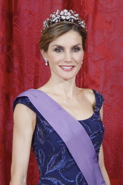 西班牙王后莱蒂西亚(Letizia)穿一件绣有串珠的长礼服,戴了悬垂下坠的耳环,就不再戴项链了,颈部不累赘,是王室穿衣的优雅典范。(Pool/Getty Images)