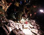 2016年2月21日,叙利亚首都大马士革,美俄协商停火之际,大马士革郊外一处什叶派神殿附近及中部城市荷姆斯发生连环自杀炸弹攻击,造成150多人丧命,圣战士宣称这些攻击是他们所为。图为叙利亚政府安全部队在爆炸现场对攻击进行探查。(YOUSSEF KARWASHAN/AFP)