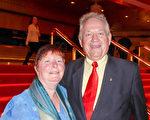 2月22日晚,在澳大利亞墨爾本的墨爾本藝術中心(Melbourne Arts Centre),退休通信工程師Raymond Ogorek與太太Dianne Ogorek觀看了神韻世界藝術團在當地的第4場演出。(史迪/大紀元)