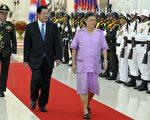 2016年2月22日,泰国公主诗琳通(R)抵达柬埔寨做三天访问,图为她和柬埔寨首相洪森(C)走过金边和平宫仪仗队。(TANG CHHIN SOTHY/AFP/Getty Images)