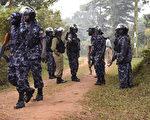 2016年2月22日拍摄,东非国家乌干达18日大选后,现任总统穆塞维尼连任,成功步入执政的第31年。首都康培拉19日爆发严重街头冲突,对手遭到逮捕。目前满街军警,商店全部打烊,一片寂静。图为乌干达警察站在主要反对党领导人Kizza Besigye的房子外面守卫,Kizza Besigye于2016年2月22日被警方带走。 (Isaac Kasamani/AFP)