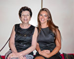 2016年2月23日晚,Lincoln母女在澳大利亞墨爾本藝術中心觀看了神韻演出。(史迪/大紀元)