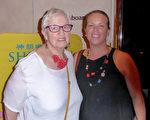 Nicole Segar女士與母親2016年2月23日晚在澳大利亞墨爾本藝術中心觀看了神韻演出。(紀芸/大紀元)