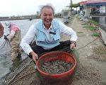 擁有獸醫師及中醫師雙重身分的劉水木,堅持零用藥養殖白蝦,提供消費者安全的水產品。(高市農業局動保處提供)
