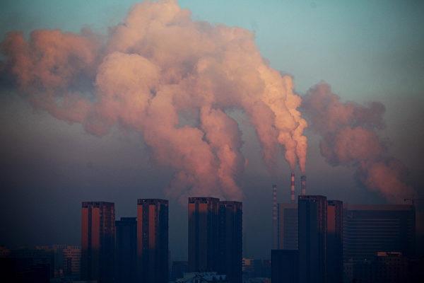 吉林长春的一家热力发电厂,释放出浓重的阴霾。(AFP)