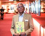 印裔退休教師Phillip Samuel先生觀看完神韻世界藝術團在墨爾本市的最後一場演出後表示,演出精彩卓越,帶給他美好的享受,而「神韻藝術團在做一件偉大的事情。」(史蒂文紀芸/大紀元)