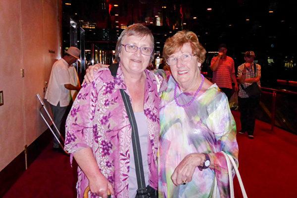 退休護士Huskett女士(右)與朋友一同觀看了神韻藝術團在墨爾本的最後一場演出。(紀芸/大紀元)