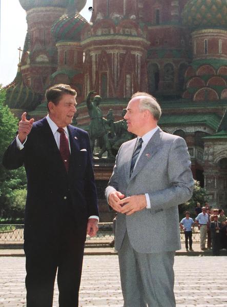 1988年,里根總統應邀訪蘇,同戈爾巴喬夫在莫斯科紅場大教堂前暢談。 (Juliet Zhu/大紀元,圖片來源:Reagan Foundation)