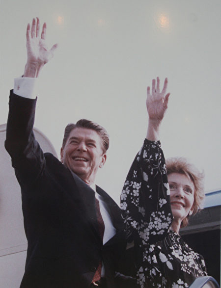 里根總統伉儷在登機前,向朋友們揮手祝福。(攝影:Juliet Zhu/大紀元,圖片來源:Ronald Reagan Presidential Library)