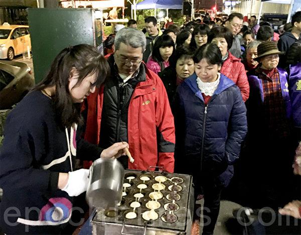 現場安排了車輪餅現做提供給里民享用。(呂文馨/大紀元)