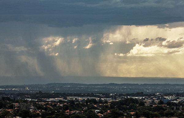 远方有阵雨,很壮观(伊罗逊/大纪元)