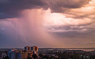 远方有雷阵雨,很壮观(伊罗逊/大纪元)