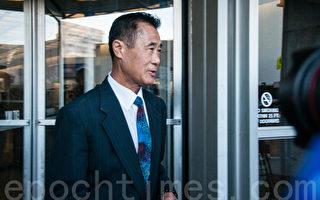 2016年2月24日,被宣判5年监禁后,余胤良步出联邦大楼。(周凤临/大纪元)
