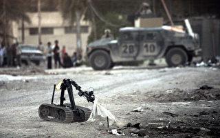2005年10月25日,美國爆炸排除部隊在伊拉克的巴格拉利用機器人排除爆炸裝置。(DAVID FURST /AFP)