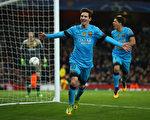凭借梅西的梅开二度,巴萨客场2-0击败阿森纳,一只脚已踏进欧冠八强大门。(Paul Gilham/Getty Images)